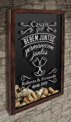 Quadro para Rolhas para Personalizar - Casais que bebem juntos... Com o texto: Casais que bebem juntos permanecem juntos, você personaliza com os nomes do casal e o ano comemorativo #quadropararolhas #vinho #portarolhas #espaçogourmet #wine #quadronovo