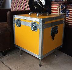 Cases ficam ótimos como mesas laterais. Na rvalentim nós produzimos sob medida. www.rvalentim.com