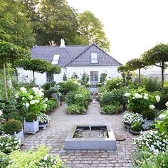 Billedresultat for engelske haver Moon Garden, Dream Garden, Garden Cottage, Home And Garden, Porches, Garden Fountains, White Gardens, Colorful Garden, Garden Spaces