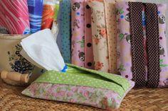Porta lenço de papel é prático para deixar no carro ou bolsa. Ótima sugestão de lembrancinha! Confeccionado em tecido 100% algodão. Cores de acordo com sua preferência. Inclui refil com 10 lenços de papel. R$ 6,50