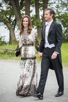Il vestito perfetto da cerimonia estiva è lungo e di seta. Parola di due invitate super: Pippa Middleton e Anne Hathaway