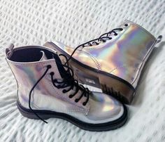 shoes grunge silver cool special shining beautiful dr martens DrMartens doc martens shiny The post s Hipster Grunge, Style Hipster, Grunge Style, 90s Grunge, 90s Style, Goth Style, Pastel Grunge, Sock Shoes, Cute Shoes