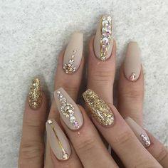 modele d'ongle en gel, decoration sur ongle beige avec cailloux