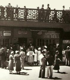 Biraz nostalji; 1937 yılında vapur gişeleri, Galata köprüsü alt katında idi. Köprü altında gemi bekleyen yolcular,üstte ise karşıya geçmeye çalışan İstanbullular. O günlerde insanımız ne kadar zarif ve modernmiş.