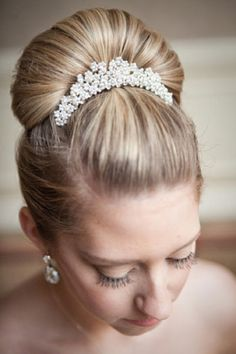 Love the head piece but I'm not sure about the big bun, need a hairdo that will…