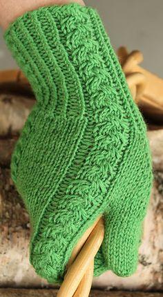 Ravelry: Kevätruusu pattern by Emma Karvonen Loom Knitting, Knitting Stitches, Knitting Socks, Hand Knitting, Knitting Patterns, Crochet Mittens, Mittens Pattern, Knit Or Crochet, Wrist Warmers