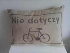 """Poduszka rowerzysty """"Nie dotyczy"""" – kolor brązowy. Wymiary: ok 38x50cm. Ręcznie wykonane. Materiał: 100% len."""