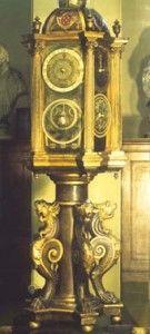 Dans l'Horlogerie du 9ème siècle : Mais la clepsydre et le sablier fonctionnaient plus généralement et plus facilement. Pour répandre les horloges il fallait trouver autre chose. Ce fut environ au temps de Jeanne d'Arc qu'on inventa le ressort en spirale, qui agissait par la tension, et qui en se détendant produisait l'effort du poids suspendu. A dater de ce jour la montre moderne était trouvée, avec toutes les délicatesses de mécanisme et d'ornements qu'elle comporte.