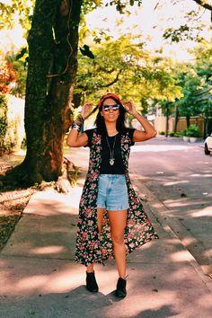 Look da Carla Lemos no Rio: destaque para o lenço e essa capa florida, combinados com o shorts jeans e a blusa básica preta