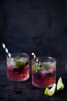 Nogle gange er det sjovt at servere en klassisk gin tonic med en lille twist. Her er twisten i smag af brombær, som gør drinken rigtigt lækker.