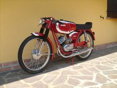 Black and Red 50cc Moped, Vintage Bikes, Vintage Cars, Small Motorcycles, Motorcycle Engine, Mini Bike, Ducati, Motorbikes, Racing
