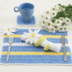 Crochet a matching place mat, napkin holder and coaster for a cheerful table setting with a daisy theme. You can even crochet a matching chair cushion. Crochet Placemat Patterns, Crochet Dishcloths, Craft Patterns, Knitting Patterns Free, Free Pattern, Free Knitting, Pattern Ideas, Pattern Sewing, Crochet Gratis
