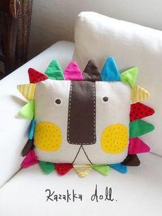 Super cute inspiration for a DIY lion pillow. Cute Pillows, Baby Pillows, Kids Pillows, Animal Pillows, Baby Sewing Projects, Sewing For Kids, Diy For Kids, Sewing Crafts, Sewing Stuffed Animals