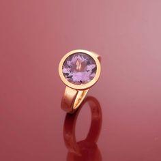 Ein schlichter und dennoch markanter Ring in 750er Gold mit einem ausdrucksstarken Amethyst im Brillantschliff.