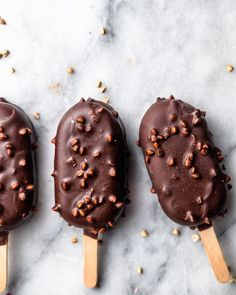 Vegan Caramel and Cashew Mini Ice Cream Pops - guiltfree Gluten Free Desserts, Vegan Desserts, Dessert Recipes, Vegan Recipes, Frozen Desserts, Frozen Treats, Plant Based Snacks, Ice Cream Pops, Vegan Caramel
