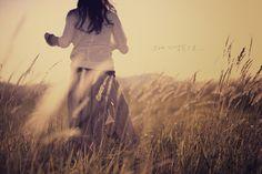 Фото Девушка в поле стоит к нам спиной, ву LightChaser