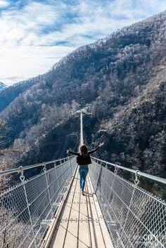 Curzut Carasc Switzerland Tibetian Bridge in Ticino Reisen In Europa, Culture Travel, Brooklyn Bridge, Travel Around, Switzerland, Places To See, Wanderlust, Beautiful Places, Road Trip