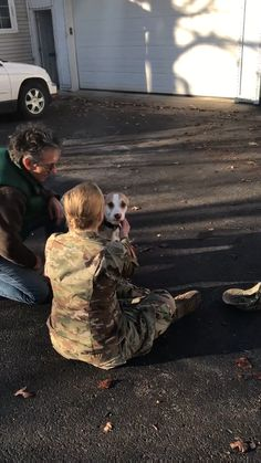 Dog is reunited with their human after she'd spent a year away at basic training. - Marin Steele - Dog is reunited with their human after she'd spent a year away at basic training. Veja a alegria desse cão depois que reconhecer a sua dona. Cute Funny Animals, Cute Baby Animals, Funny Dogs, Animals And Pets, Cute Puppies, Cute Dogs, Dogs And Puppies, Doggies, Cute Stories
