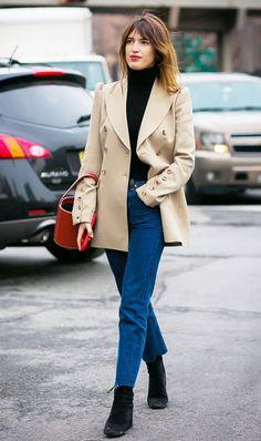 Jeanne Damas com tricô preto de gola alta, jeans cropped, ankle boot preta, blazer bege com botões dourados, bolsa de mão vermelha, street style, batom vermelho, estilo das francesas, musas de estilo francesas