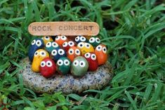 Rock concert garden art … ♥ this simple fun idea for decorating a child's ga… Rockkonzert Gartenkunst … ♥ This … Garden Crafts, Garden Projects, Craft Projects, Garden Toys, Rock Crafts, Arts And Crafts, Diy Crafts, Stone Crafts, Bead Crafts
