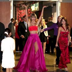 Taylor Swift Shows Up Wearing This At The Grammys And The Internet Responded With This Photoshop