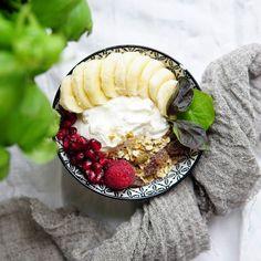 HuomentaGood morning . . .  #huomenta#aamiainen#aamu#tuorepuuro#terveellinen#värikäs#nelkytplusblogit#healthychoices#breakfast#overnightoats#smoothiebowl#smoothie#powerbreakfast#dailyfoodfeed#flatlay#foodstyling#wholesomefood#onthetable#foodpic#foodphoto#frukost#petitdejeneur#goodmorning#pursuepretty#朝食#プレート