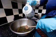 Stap 2: Zet een pannetje met een laagje water op het vuur. Daarin je de schaal met Caca (eventueel grof gehakt), voeg kokend water toe. Blijf roeren tot je mengsel ongeveer de dikte heeft van yoghurt. Let op dat je pannetje niet droog kookt!