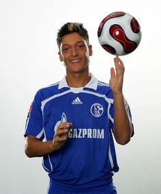 Schalker Talente und was aus ihnen wurde - Goal.com  Mesut Özil (2006/07)  Schon früh eilte Mesut Özil der Ruf voraus, ein hochbegabter Kicker zu sein. Er räumte auf Juniorenebene viele Preise ab und Branchengrößen wie der FC Arsenal sollen ihn damals schon beobachtet haben. Özil, der in Gelsenkirchen geboren wurde, wollte aber den Durchbruch auf Schalke schaffen. Zwischen Sommer 2006 und Januar 2008 lief er 30 Mal für die Königsblauen auf. Der technisch versierte Spielmacher wollte mehr…