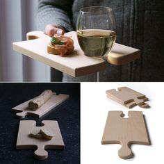 La Puzzleboard (tabla de rompecabezas) puede ser un plato sujetador de vino, una tabla para cortar o una pieza entrelazable para servir.