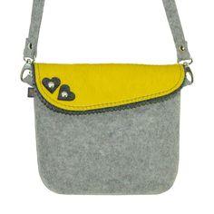 Schicke, moderne Trachtentasche Filz hellgrau/gelb mit zwei Herzen