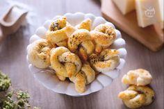 Un fingerfood facile e veloce da realizzare, sfizioso, ideale per buffet di party e aperitivi? I nodini al parmigiano sono la ricetta perfetta!
