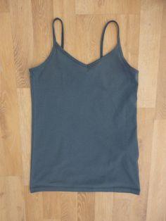 Musculosa básica azul, escote en v #Forever21 #ComoNueva #ModaSustentable. Compra esta prenda en www.saveweb.com.ar!