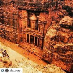 O viajante @ale_cury estava em Petra na Jordânia e as fotos são incríveis! Alguém sabe a história dessa Câmara? #jordania #jordans #petra #elkhazneh #trippics #mochileiros #historia  #Repost @ale_cury with @repostapp  El Khazneh - A Câmara do Tesouro - Petra - Jordânia
