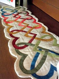 Heart table runner from Art to Heart - Patchwork Table Runner And Placemats, Table Runner Pattern, Quilted Table Runners, Patchwork Quilting, Applique Quilts, Quilting Projects, Quilting Designs, Sewing Projects, Small Quilts