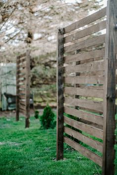 Create Some Backyard Privacy Landscaping With These Beautiful Trellises - MY CHIC OBSESSION Privacy Plants, Backyard Privacy, Privacy Screens, Outdoor Privacy, Wood Trellis, Garden Trellis, Landscaping Along Fence, Backyard Landscaping, Backyard Ideas