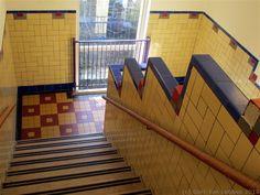 De wat norse Bugenhagen begroet de leerling, beeld van Theo van Reijn Amsterdam School, House Tiles, Interior Walls, Mosaic Art, New Art, Travel Photography, Art Deco, Stairs, Colours