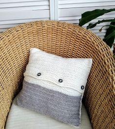 Dit is de achterkant van het gehaakte woonkussen in mandensteek met een kabel in het midden. Deze achterkant heeft mooie grote houten knopen. Beige Pillows, Throw Pillows, Taupe, Brown, Crochet, Cable, Beige, Toss Pillows, Cushions