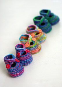 """Knitting Pattern for Saartje Baby Booties Shoes Homesteading - The Homestead Survival .Com """"Please Share This Pin"""" Knitting Pattern for Saartje Baby Booties Shoes Homesteading - The Homestead Survival .Com """"Please Share This Pin"""" Yarn Projects, Knitting Projects, Crochet Projects, Baby Diy Projects, Knit Baby Shoes, Crochet Baby Booties, Baby Bootees, Crochet Shoes, Crochet Gratis"""