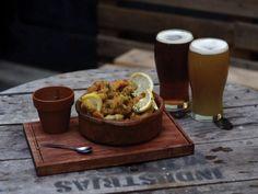 6 bares cerveceros que no podés dejar de conocer - Planeta JOY Happy Hour, Brewery, Joy, Deco, Rustic Bars, Hamburgers, Dinnerware, Wine, Deko