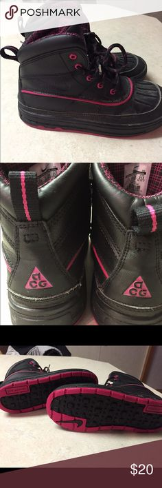 ❄️️Nike acg winter❄️️❄️️🌨 boots! Girls 2.5 EUC! This tasteful and classic boot design is a winter basic with stylish features.  The full-grain upper is made of waterproof leather with a water-shield inner membrane to keep dry. Full-length rubber midsole is injected with phylon for cushioned comfort. Outsole features a durable rubber waffle pattern for traction.    THESE are in PERFECT shape! Nike Shoes Rain & Snow Boots