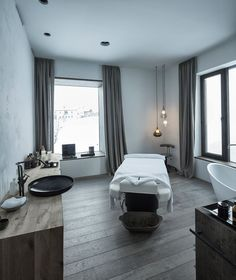 Doesn't everyone need a bathroom with a massage table? Photo: Mario Webhofer / W9 Werbeagentur, Innsbruck More