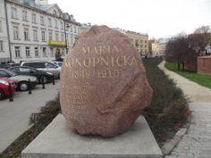 """Maria Konopnicka, autorka """"Dymu"""", """"Naszej szkapy"""", uwielbiana przez dzieci. Mieszkała i tworzyła w Warszawie w latach 1879-1892. Ów kamień można napotkać spacerując uliczkami Starego Miasta."""