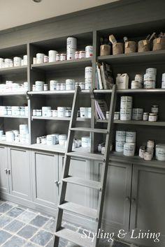 Bibliotheekkast geverfd met Annie Sloan krijtverf in een mengkleur van Graphite met French Linen Showroom Stylingandlivingshop