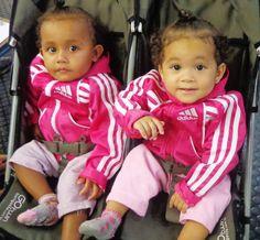 As gêmeas Emilly e Emanuelly, de 1 ano de idade, foram ao Poupatempo Campinas Shopping tirar o 1º RG. Segundo a mãe Talita, o documento é mais prático que a Certidão de Nascimento.