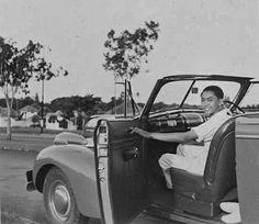 Raden Mas Saroso Notosoeparto, de latere Mangkoe Nagoro VIII, in zijn auto te Soerakarta. ca 1938 Surakarta, Dutch East Indies, Javanese, Old Pictures, Antique Cars, Royalty, History, Lifestyle, Vintage Cars