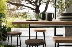 Una exhibición de vajilla y muebles de corcho.
