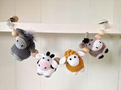 Haakpatroon wagenspanner boerderijbeestjes Crochet Dolls, Crochet Baby, Tunisian Crochet, Baby Rattle, Crochet Fashion, Cool Baby Stuff, Mobiles, Baby Toys, Little Girls