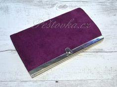 Rameckova peněženka fialova  http://www.pestovka.cz/detail/6298057/rameckova-rucne-sita-penezenka-pestovka