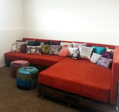 Pallet Ideas Use wood pallets to create a couch sectional! Free tutorial with pictures on how to make a sofa in 16 steps by constructing, sewing, and woodworking with fabric, wood, and foam. How To posted by Machelle Diy Sofa, Diy Pallet Couch, Pallet Sectional, Pallet House, How To Build Pallet Furniture, Building Furniture, Pallet Ideas, Diy Pallet Projects, Furniture Projects