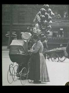 Balloon seller - Professions Of Paris In The Early Twentieth Century Best of Web Shrine Antique Photos, Vintage Photographs, Old Photos, Vintage Photos, Paris 1900, Old Paris, Paris France, Street Photography, Art Photography